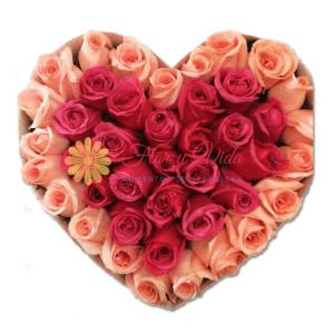 Caja de rosas en corazón